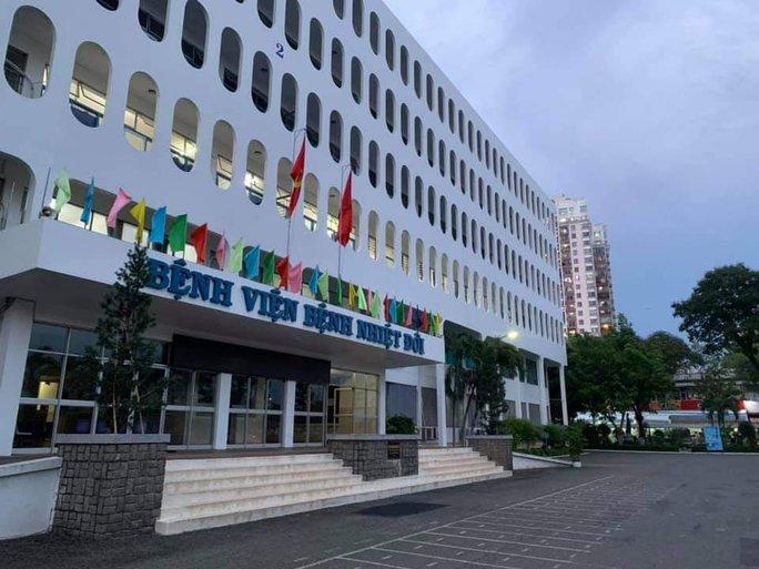 53 nhân viên Bệnh viện Bệnh nhiệt đới TP HCM dương tính với SARS-CoV-2 - Ảnh 1.