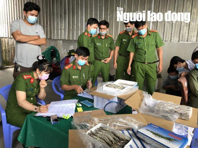 CLIP: Bắt tại trận hơn 12.500kg tôm bị gian thương bơm tạp chất - Ảnh 2.