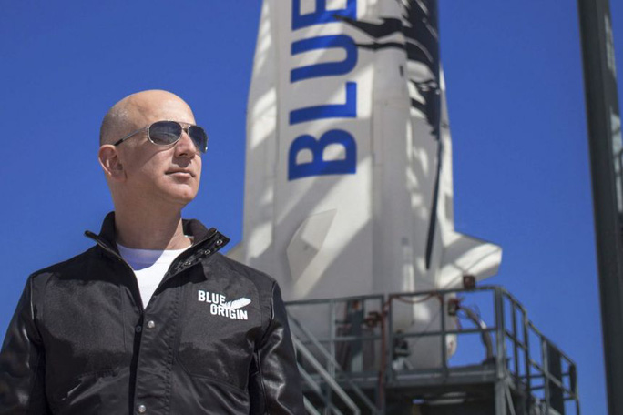 """""""Người giấu mặt"""" chi khủng cùng tỉ phú Jeff Bezos du hành không gian - Ảnh 1."""