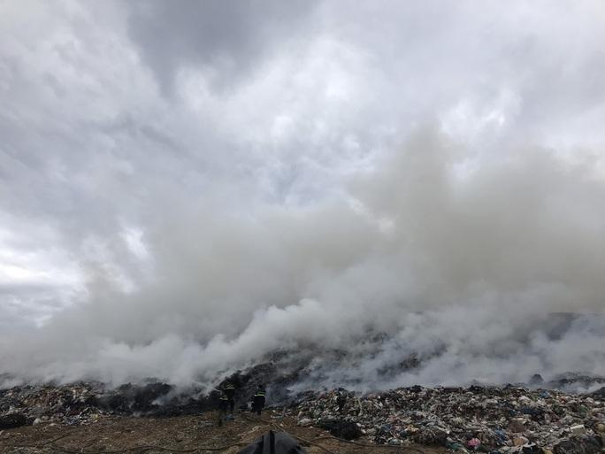 Đà Nẵng: Khói lửa ngùn ngụt tại bãi rác lớn nhất thành phố - Ảnh 4.