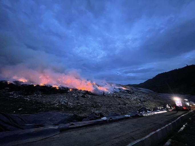 Đà Nẵng: Khói lửa ngùn ngụt tại bãi rác lớn nhất thành phố - Ảnh 5.