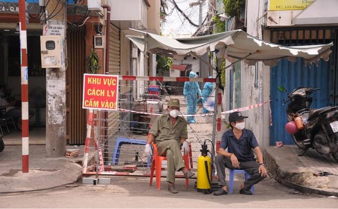 Phong tỏa nơi ở của 2 ca Covid-19 làm việc tại Bệnh viện Bệnh nhiệt đới TP HCM - Ảnh 1.