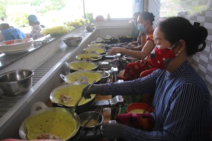 Làng bánh xèo Cao Lãnh nhộn nhịp ngày Tết Đoan ngọ - Ảnh 6.