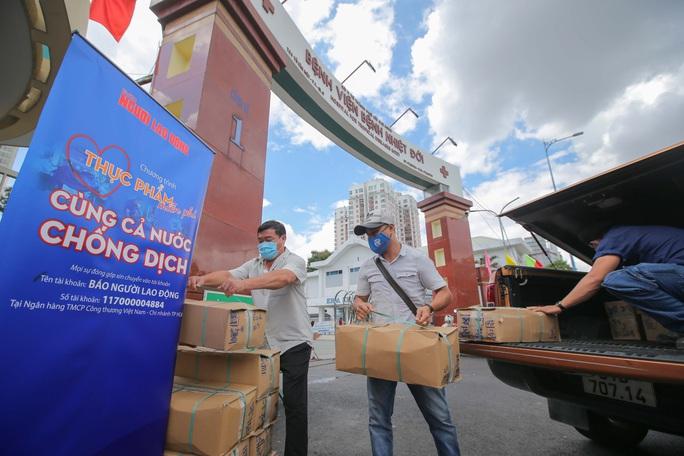 Thực phẩm miễn phí cùng cả nước chống dịch đến với bệnh viện tuyến đầu - Ảnh 1.