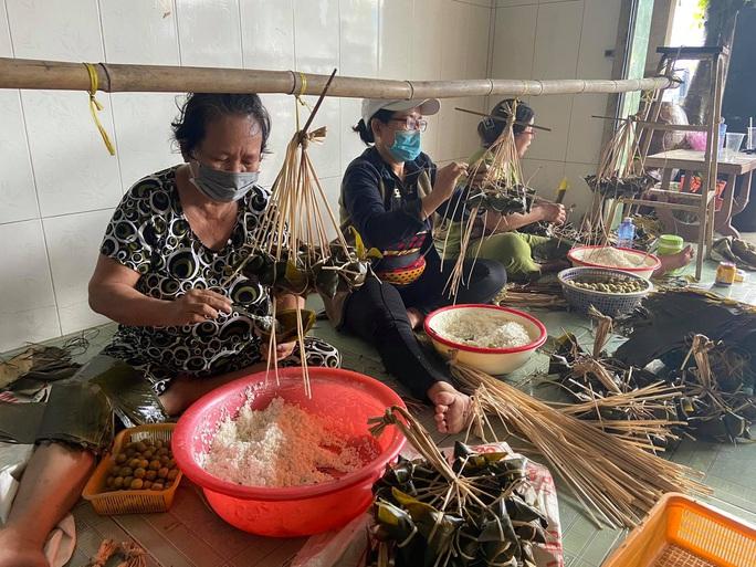 Chợ Tết Đoan Ngọ: Bánh ú nước tro tăng giá sốc, bà nội trợ kêu trời - Ảnh 2.