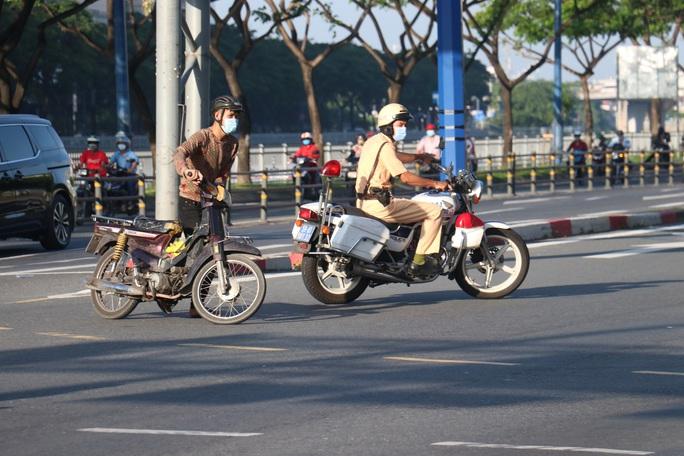 Đủ kiểu thi gan với CSGT trên đường Võ Văn Kiệt, TP HCM - Ảnh 5.