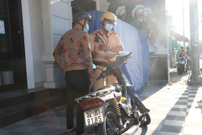 Đủ kiểu thi gan với CSGT trên đường Võ Văn Kiệt, TP HCM - Ảnh 6.