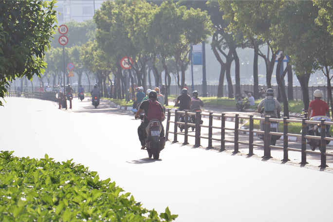 Đủ kiểu thi gan với CSGT trên đường Võ Văn Kiệt, TP HCM - Ảnh 4.