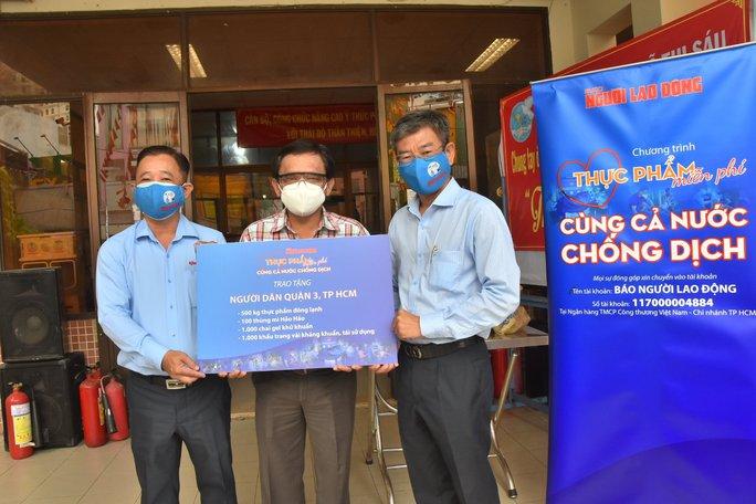 Thực phẩm miễn phí cùng cả nước chống dịch của Báo Người Lao Động đến 4 địa điểm ở quận 3 - Ảnh 4.