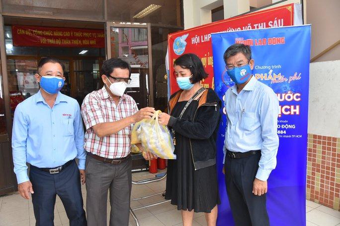 Thực phẩm miễn phí cùng cả nước chống dịch của Báo Người Lao Động đến 4 địa điểm ở quận 3 - Ảnh 5.