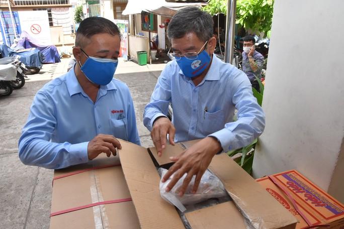 Thực phẩm miễn phí cùng cả nước chống dịch của Báo Người Lao Động đến 4 địa điểm ở quận 3 - Ảnh 2.