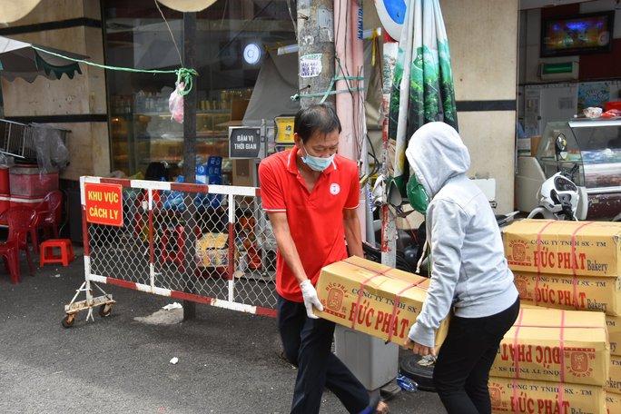 Thực phẩm miễn phí cùng cả nước chống dịch của Báo Người Lao Động đến 4 địa điểm ở quận 3 - Ảnh 6.
