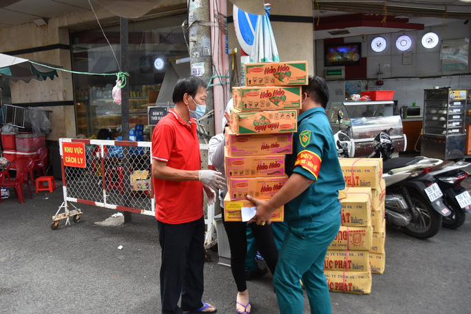 Thực phẩm miễn phí cùng cả nước chống dịch của Báo Người Lao Động đến 4 địa điểm ở quận 3 - Ảnh 8.
