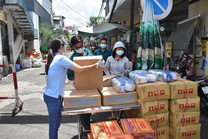 Thực phẩm miễn phí cùng cả nước chống dịch của Báo Người Lao Động đến 4 địa điểm ở quận 3 - Ảnh 7.