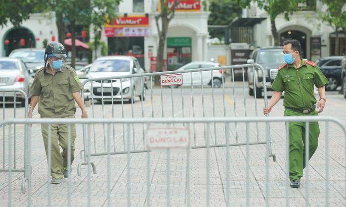 CLIP: Phong toả chung cư ở Sài Đồng liên quan ca dương tính SARS-CoV-2 chưa rõ nguồn lây - Ảnh 2.