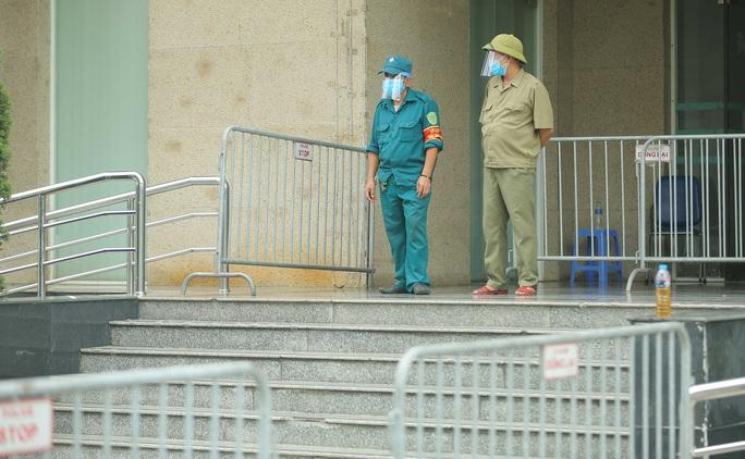 CLIP: Phong toả chung cư ở Sài Đồng liên quan ca dương tính SARS-CoV-2 chưa rõ nguồn lây - Ảnh 5.