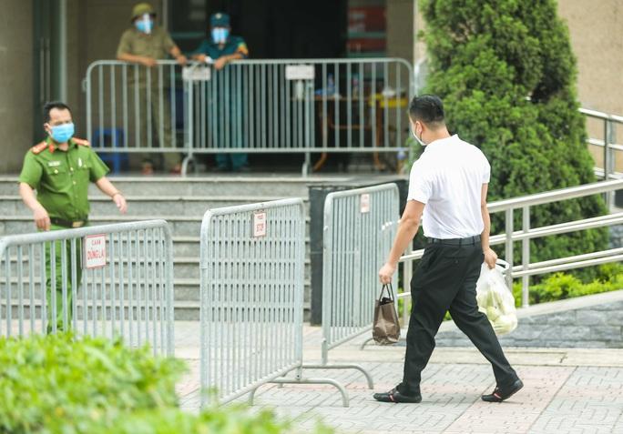 CLIP: Phong toả chung cư ở Sài Đồng liên quan ca dương tính SARS-CoV-2 chưa rõ nguồn lây - Ảnh 8.