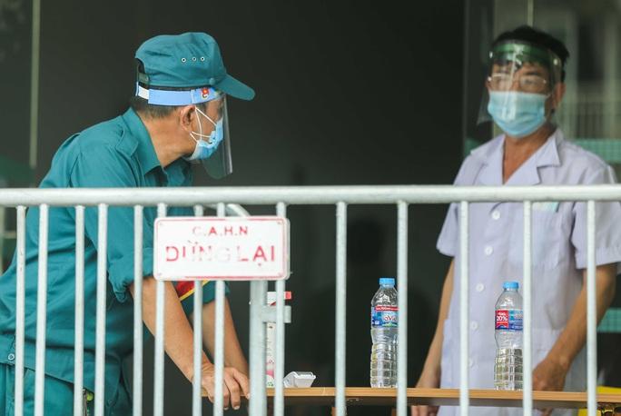 CLIP: Phong toả chung cư ở Sài Đồng liên quan ca dương tính SARS-CoV-2 chưa rõ nguồn lây - Ảnh 6.
