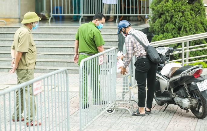 CLIP: Phong toả chung cư ở Sài Đồng liên quan ca dương tính SARS-CoV-2 chưa rõ nguồn lây - Ảnh 10.
