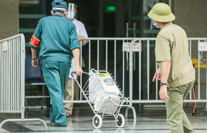 CLIP: Phong toả chung cư ở Sài Đồng liên quan ca dương tính SARS-CoV-2 chưa rõ nguồn lây - Ảnh 11.