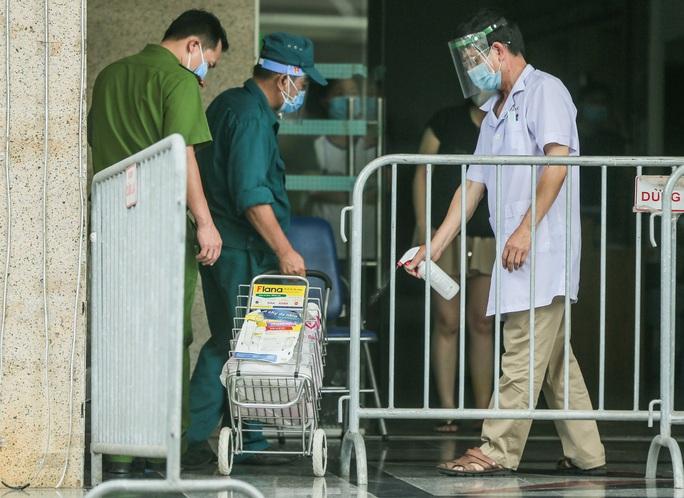 CLIP: Phong toả chung cư ở Sài Đồng liên quan ca dương tính SARS-CoV-2 chưa rõ nguồn lây - Ảnh 12.