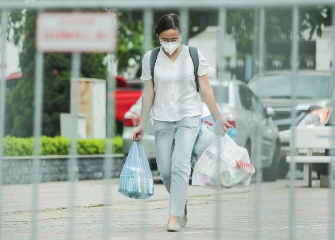 CLIP: Phong toả chung cư ở Sài Đồng liên quan ca dương tính SARS-CoV-2 chưa rõ nguồn lây - Ảnh 9.