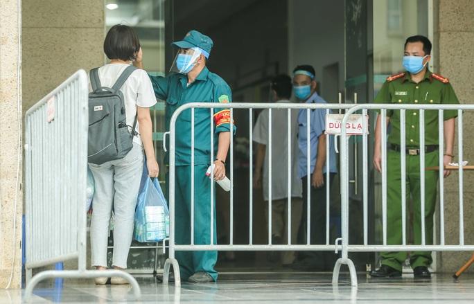 CLIP: Phong toả chung cư ở Sài Đồng liên quan ca dương tính SARS-CoV-2 chưa rõ nguồn lây - Ảnh 13.