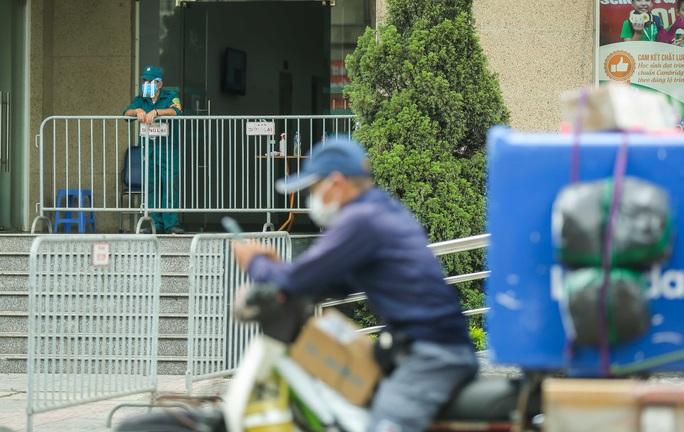 CLIP: Phong toả chung cư ở Sài Đồng liên quan ca dương tính SARS-CoV-2 chưa rõ nguồn lây - Ảnh 7.