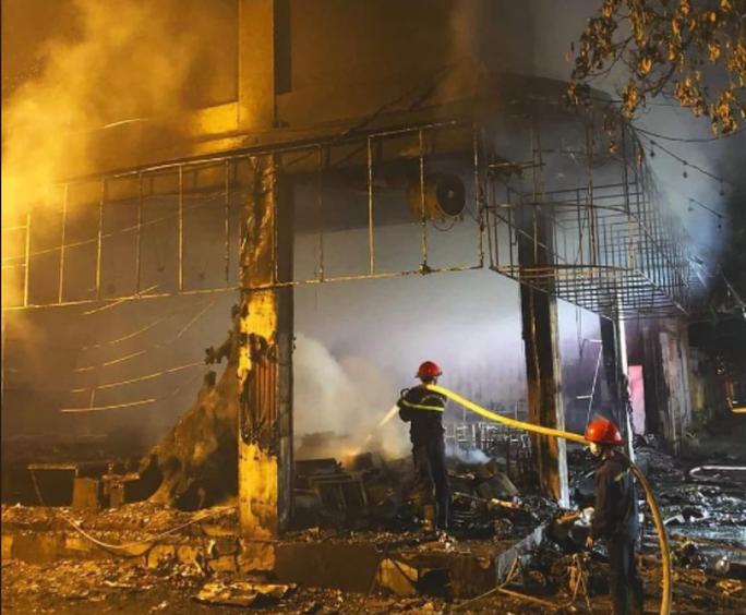 Sau tiếng nổ lớn, phát hiện phòng trà chìm trong lửa, 6 người tử vong - Ảnh 1.
