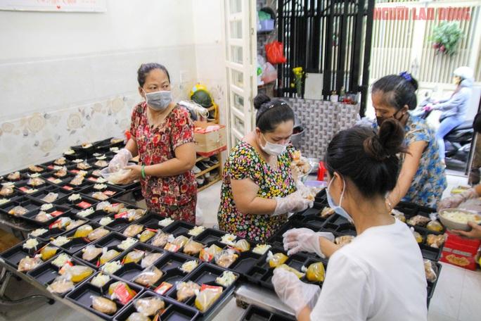 """""""Khi nào Bệnh viện Bệnh Nhiệt đới TP HCM gỡ phong tỏa, gia đình tôi mới ngừng nấu cơm"""" - Ảnh 8."""