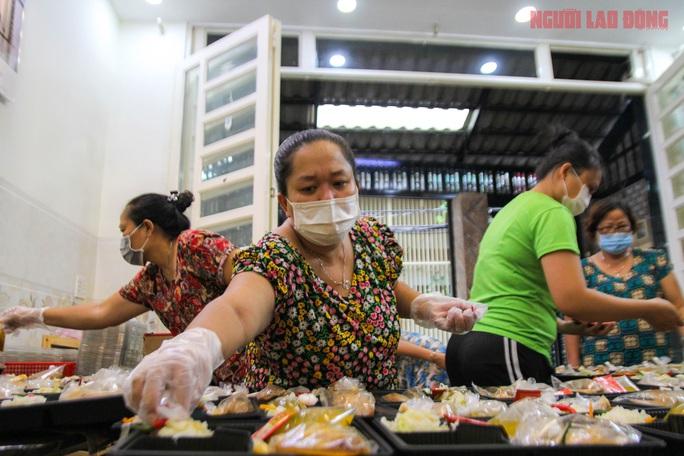 """""""Khi nào Bệnh viện Bệnh Nhiệt đới TP HCM gỡ phong tỏa, gia đình tôi mới ngừng nấu cơm"""" - Ảnh 6."""