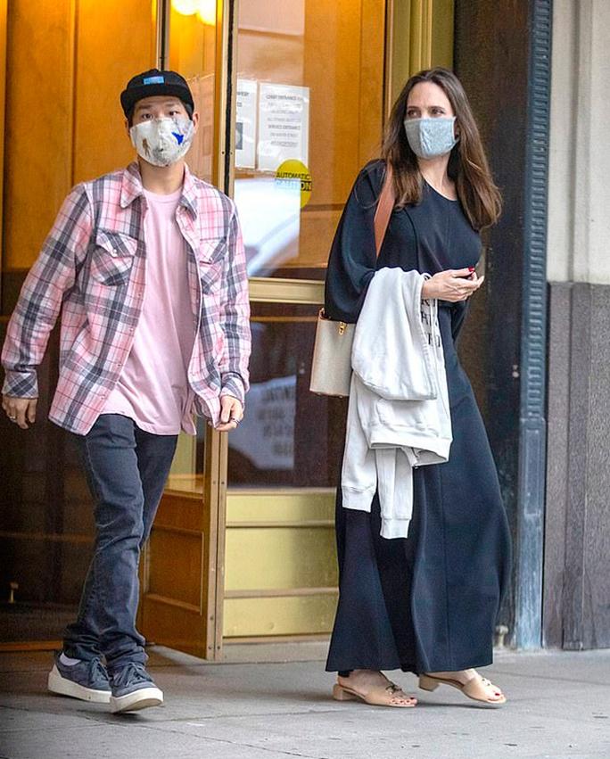 Pax Thiên tháp tùng khi Angelina Jolie đến thăm chồng cũ - Ảnh 1.