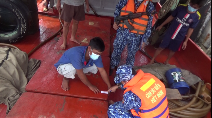Cảnh sát biển ở Phú Quốc liên tiếp bắt giữ tàu chở dầu DO không rõ nguồn gốc - Ảnh 5.