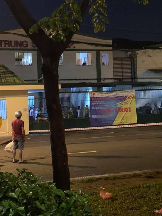 Một doanh nghiệp tại Khu công nghiệp Tân Tạo bị phong tỏa - Ảnh 2.