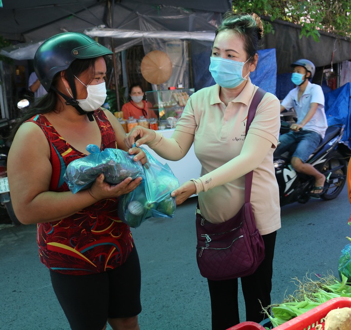 Chủ tịch UBND TP Cần Thơ tặng bằng khen cho người phụ nữ mở chợ 0 đồng - Ảnh 2.