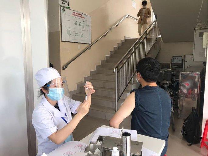 TP HCM: Xác định được 51 trường hợp tiếp xúc gần nhân viên UBND quận 7 nghi nhiễm SARS-CoV-2 - Ảnh 1.