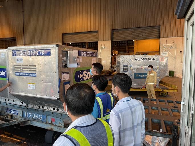 Lô vắc-xin Covid-19 gần 1 triệu liều do Nhật Bản tặng được chuyển vào TP HCM - Ảnh 10.