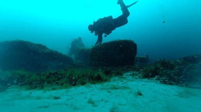 Kho báu hắc diện thạch 9.000 năm gây sốc xuất hiện dưới đáy hồ - Ảnh 1.