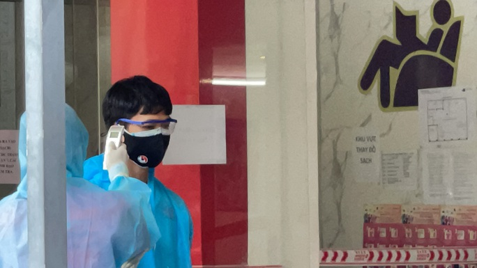Đội tuyển Việt Nam về nước, HLV Park Hang-seo mệt mỏi, Văn Toàn cúi chào CĐV - Ảnh 7.