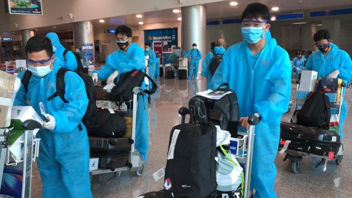 Đội tuyển Việt Nam về nước, HLV Park Hang-seo mệt mỏi, Văn Toàn cúi chào CĐV - Ảnh 5.