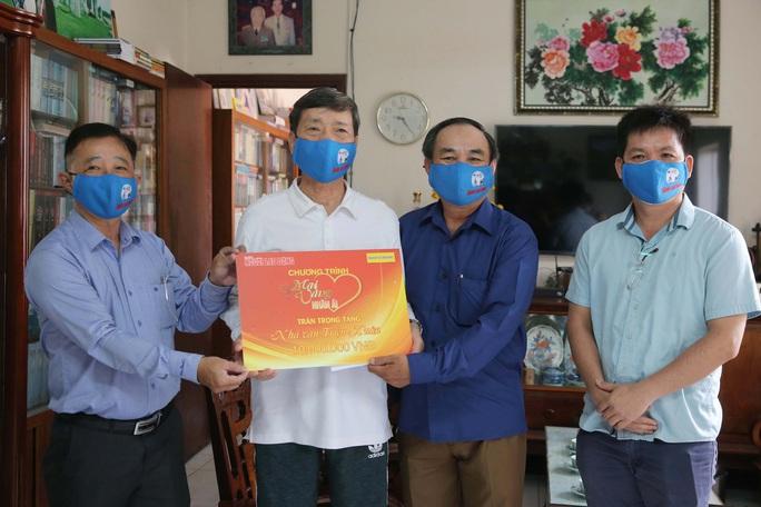 Mai Vàng nhân ái thăm nhà văn Triệu Xuân - Ảnh 1.