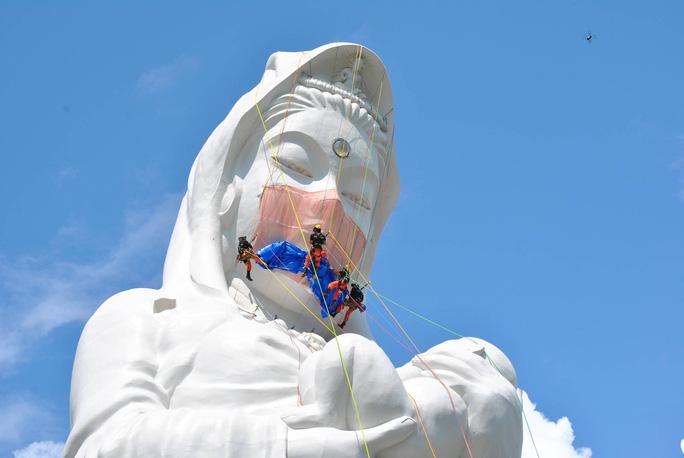 Nhật Bản đeo khẩu trang cho tượng Phật khổng lồ - Ảnh 1.