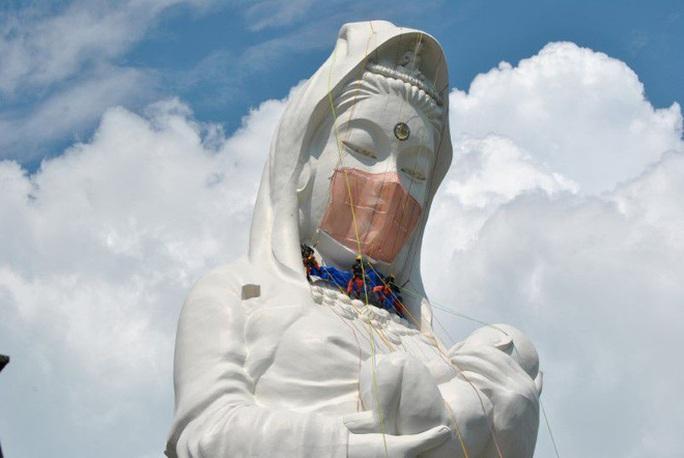 Nhật Bản đeo khẩu trang cho tượng Phật khổng lồ - Ảnh 3.