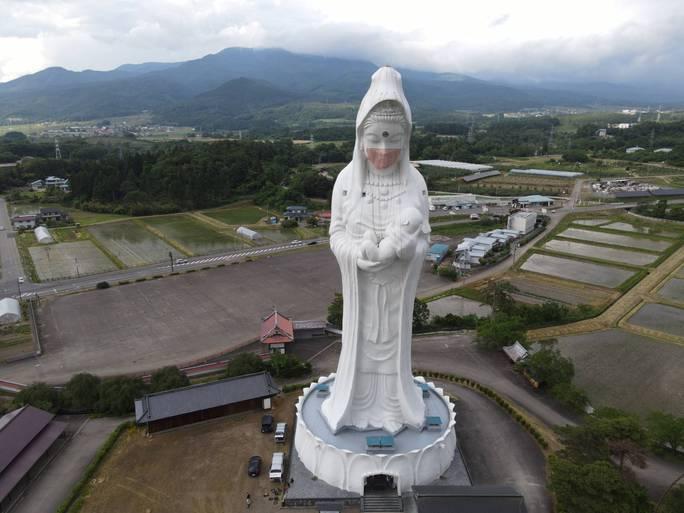 Nhật Bản đeo khẩu trang cho tượng Phật khổng lồ - Ảnh 4.