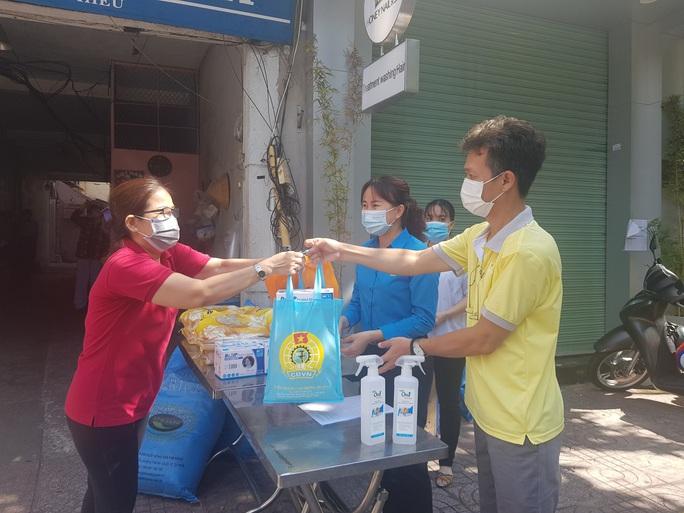 Công nhân, viên chức lao động Thành phố Hồ Chí Minh đoàn kết, chung tay đẩy lùi dịch bệnh, - Ảnh 4.