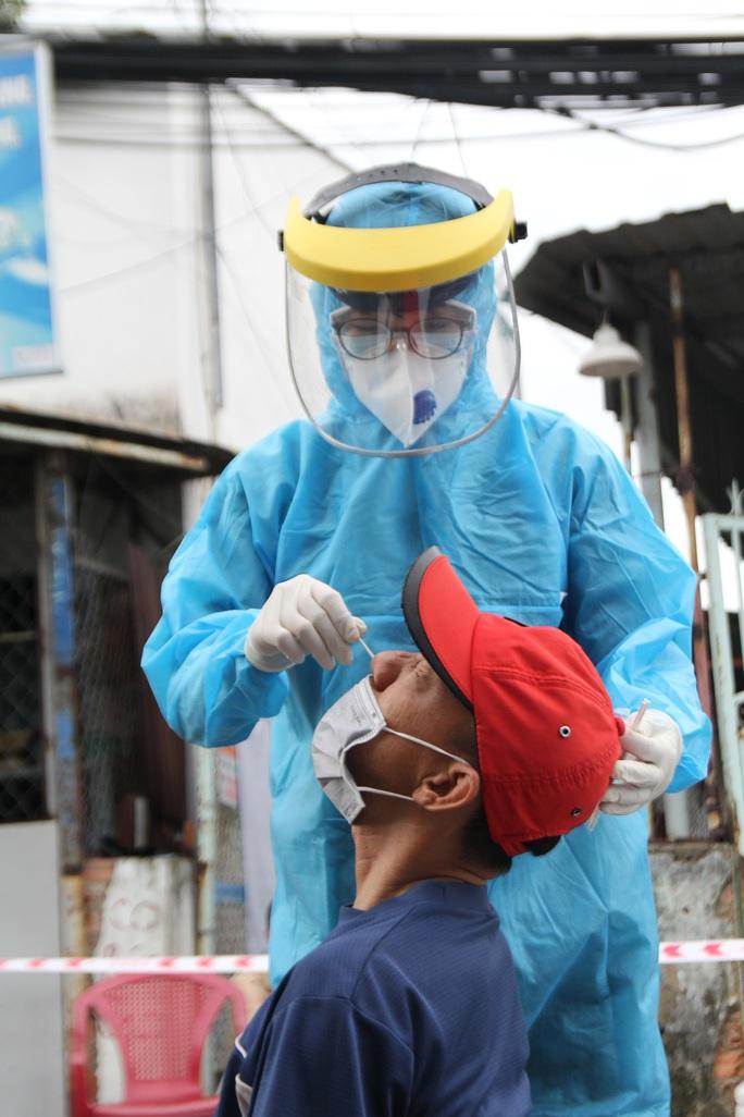 TP HCM: Thêm 60 ca nhiễm mới, hàng loạt ca đã từng âm tính với SARS-CoV-2 trước đó - Ảnh 1.