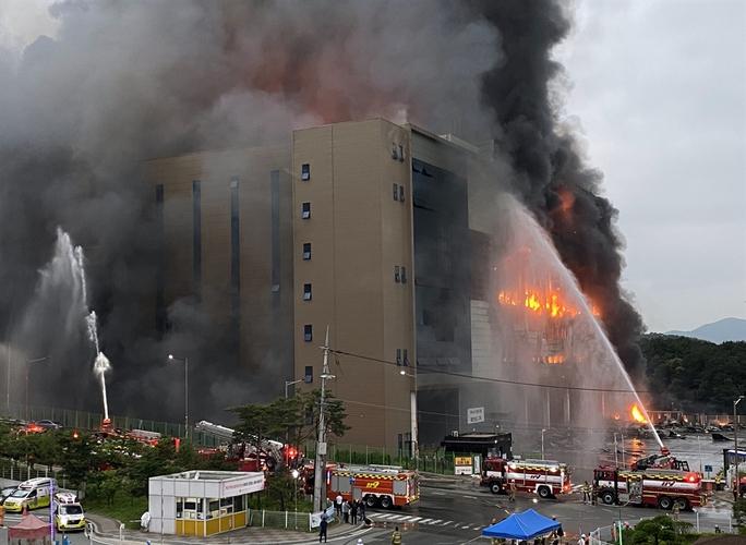 Hàn Quốc: Nín thở chờ phép mầu cho lính cứu hỏa kẹt trong tòa nhà cháy - Ảnh 4.