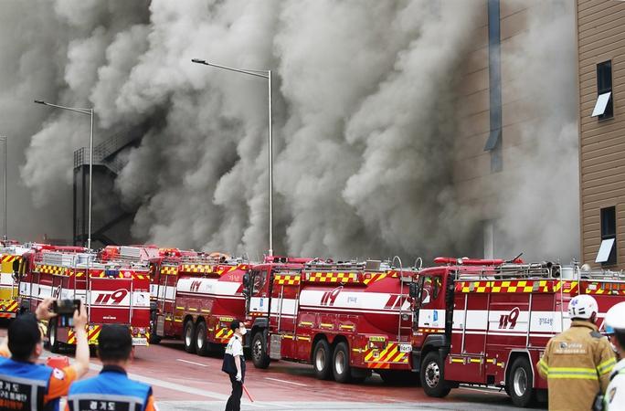 Hàn Quốc: Nín thở chờ phép mầu cho lính cứu hỏa kẹt trong tòa nhà cháy - Ảnh 5.