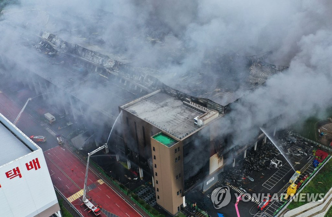 Hàn Quốc: Nín thở chờ phép mầu cho lính cứu hỏa kẹt trong tòa nhà cháy - Ảnh 3.