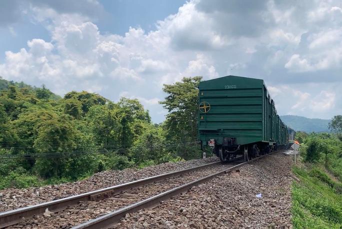 Tàu hàng trật bánh, đường sắt Bắc – Nam tê liệt 4 giờ - Ảnh 1.
